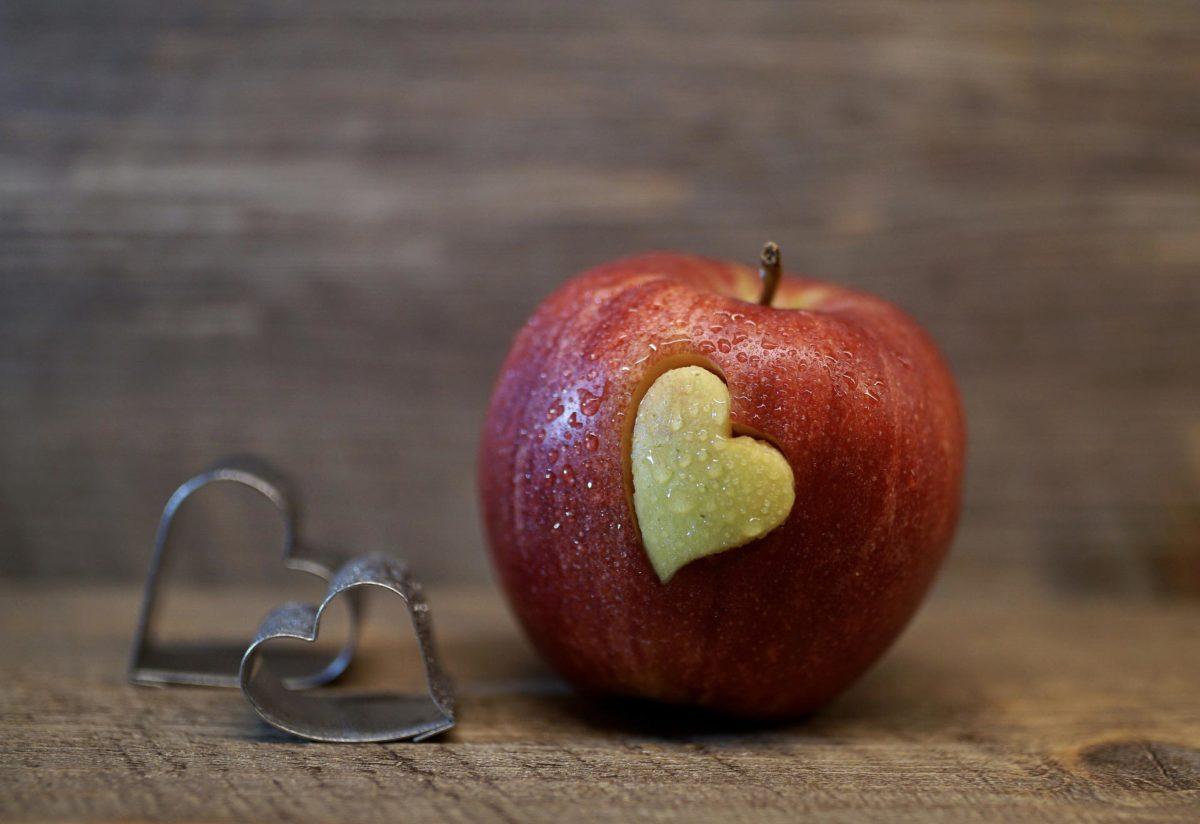 תפוח אדום עם לב בתוכו