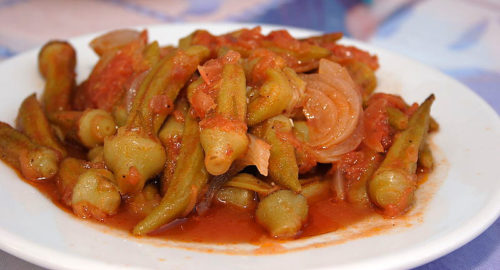במיה מהירה ברוטב עגבניות