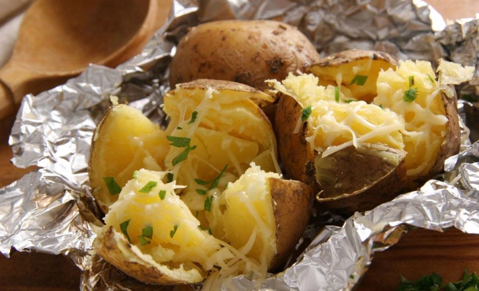 תפוח אדמה מדורה עם גבינה טבעונית מעל