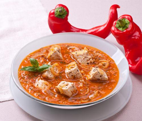 מרק עגבניות קר עם קוביות טופו ובזיליקום