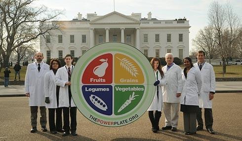 רופאים ודיאטנים מ-PCRM מפגינים מול הבית הלבן בדרישה לאמץ את צלחת הכוח