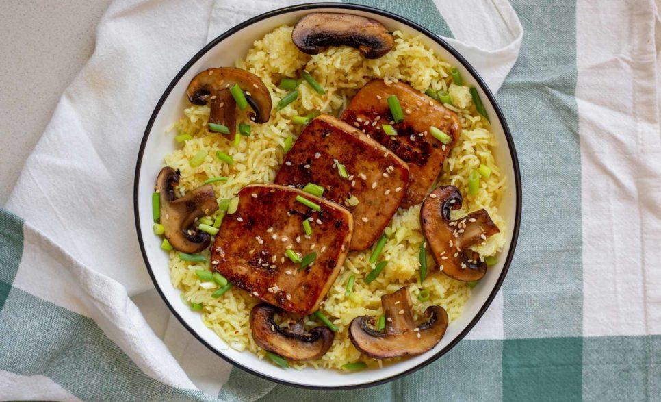 פרוסות טופו מטוגנות על מצע אורז