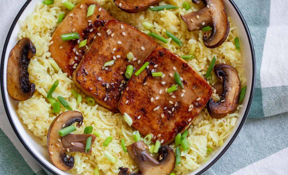 פרוסות טופו מטוגנות על מצע אורז עם פטריות