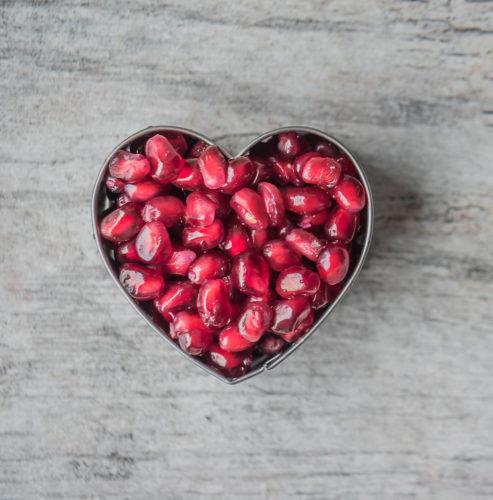 גרגירי רימון בתוך שבלונה של לב