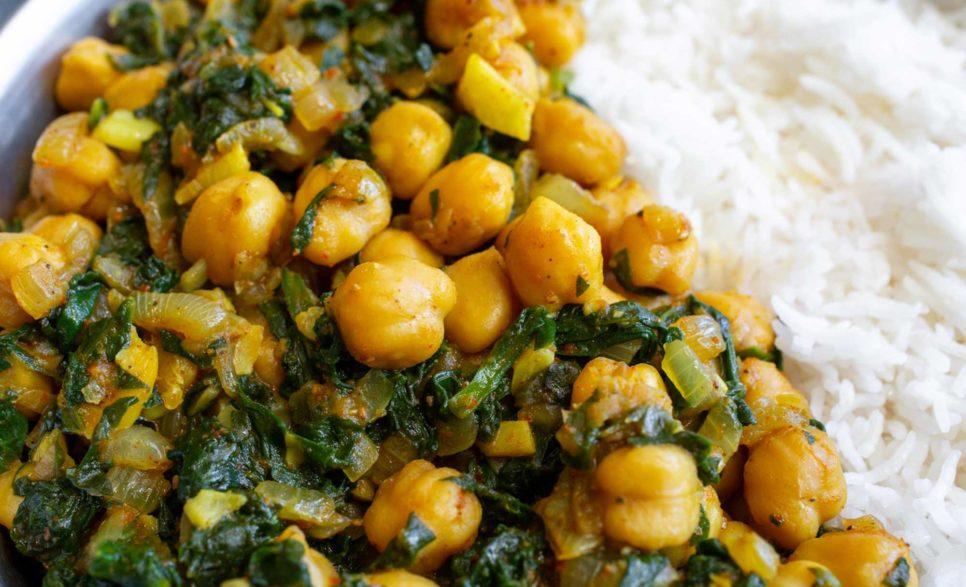 תבשיל תרד וחומוס בסגנון הודי
