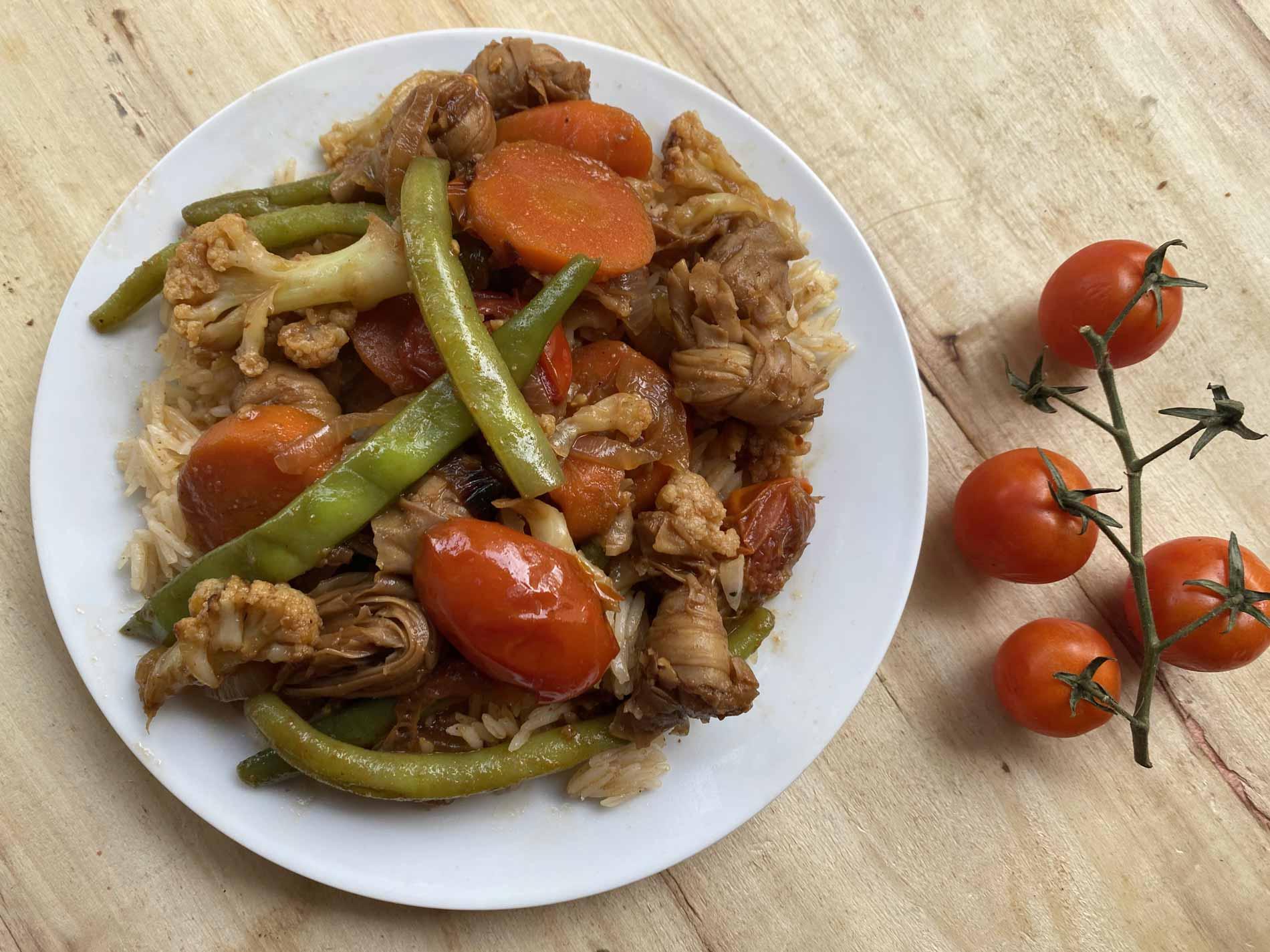 ירקות מוקפצים עם פתיתי סויה על צלחת